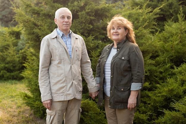 Starszy para w jesiennym parku, para starszych relaks w okresie wiosenno-jesiennym. opieka zdrowotna na emeryturze stylu życia para miłość razem