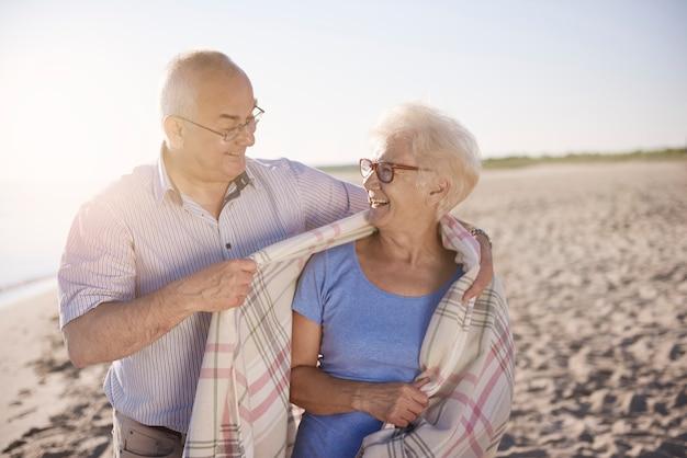 Starszy para w koncepcji plaży, emerytury i wakacji letnich