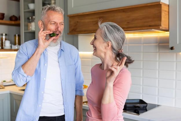 Starszy para w kuchni z jedzeniem