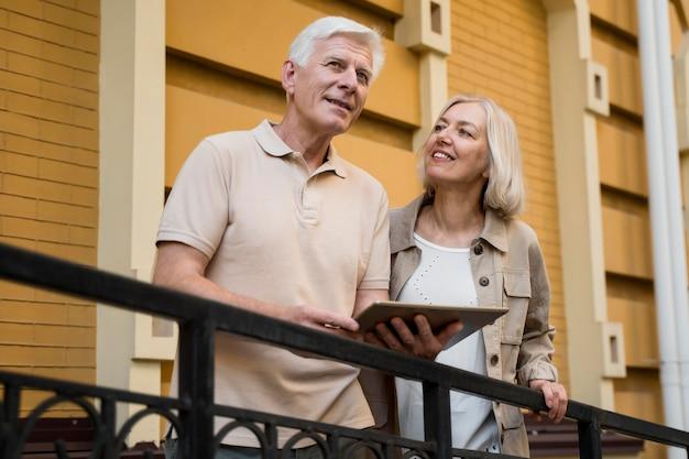 Starszy para w mieście z tabletem