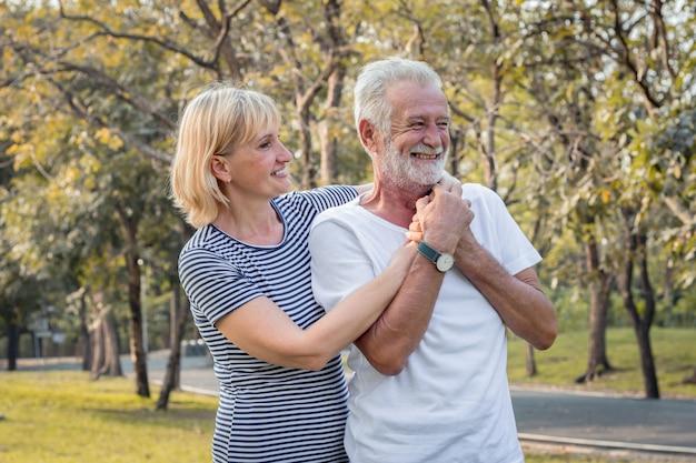 Starszy para w parku. szczęśliwy uśmiechnięty starszy para w parku na wakacjach. romantyczna starsza para w parku jesienią.