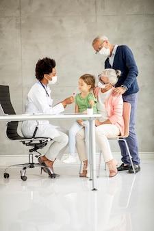 Starszy para z cute wnuczka czarny lekarz kobiet w biurze