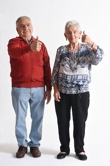 Starszy para z kciukiem do góry
