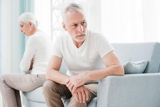 Starszy para zły na siebie