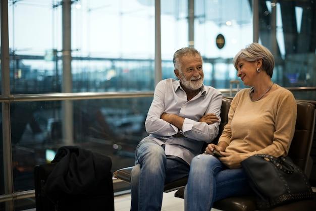 Starszy pary czekanie dla wsiadać wśrodku lotniska