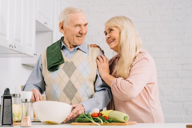 Starszy pary kucharstwo w kuchni