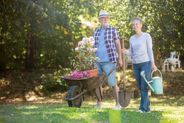 Starszy pary ogrodnictwo w ogródzie
