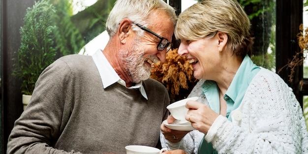 Starszy pary popołudniowy tean pić relaksuje pojęcie