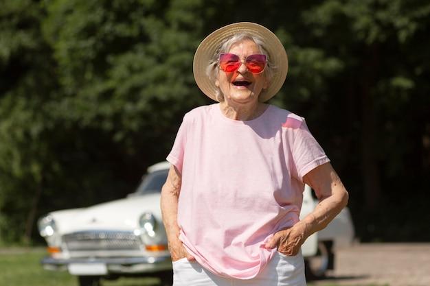 Starszy podróżnik w czerwonych okularach przeciwsłonecznych