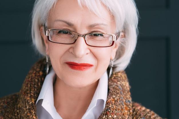 Starszy portret kobiety. nowoczesny styl życia starszej pani. uśmiechnięta pomyślna kobieta w wieku patrząc na kamery.