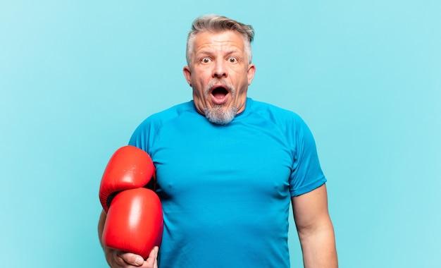 Starszy przystojny mężczyzna boks