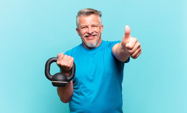 Starszy sportowiec czuje się dumny, beztroski, pewny siebie i szczęśliwy, uśmiechając się pozytywnie z kciukami w górę
