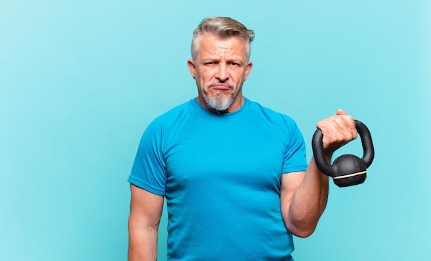 Starszy sportowiec czuje się smutny, zdenerwowany lub zły i patrzy w bok z negatywnym nastawieniem, marszcząc brwi w niezgodzie
