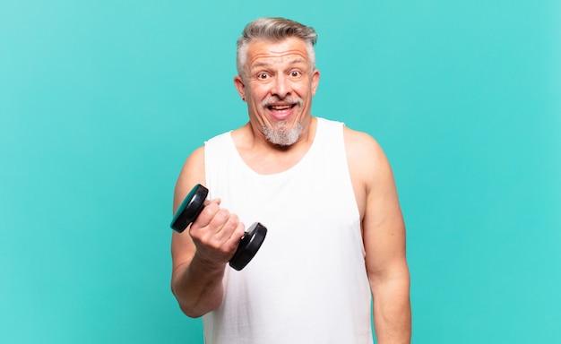 Starszy sportowiec wygląda na szczęśliwego i mile zaskoczonego, podekscytowanego zafascynowanym i zszokowanym wyrazem twarzy