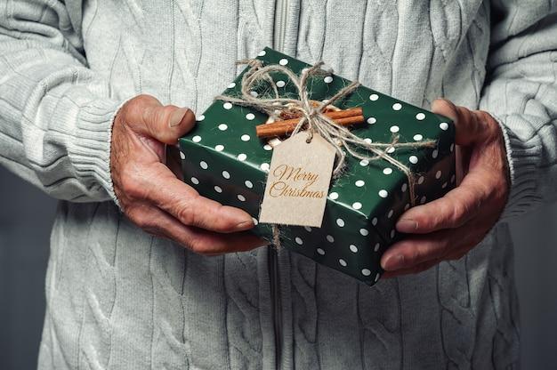 Starszy starszy trzyma prezent gwiazdkowy