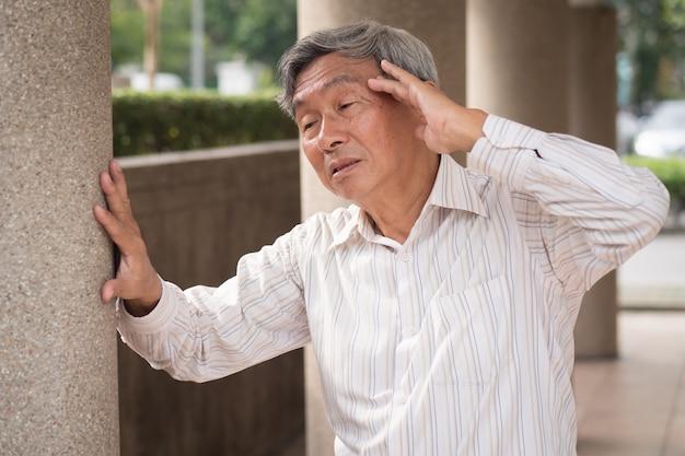 Starszy staruszek cierpi na bóle głowy
