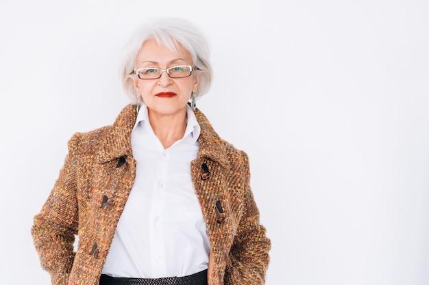 Starszy stylista mody kobieta. styl życia. tweedowa elegancja