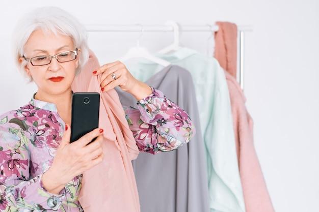 Starszy stylista mody w pracy. pani udanego biznesu. starsza kobieta przy selfie. spersonalizowana usługa zakupów.
