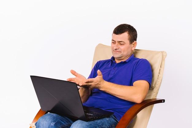 Starszy surdomut kaukaski mężczyzna komunikuje się wideo przez laptopa, gestykulując rękami