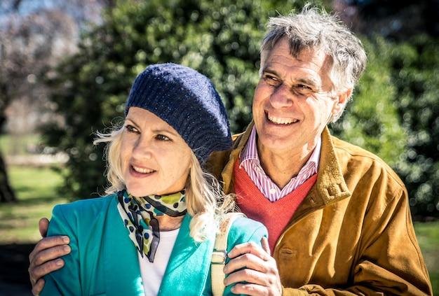 Starszy szczęśliwa para