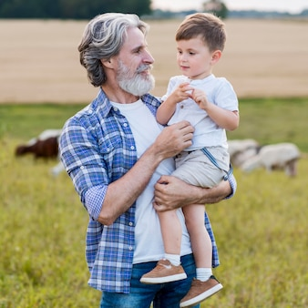 Starszy trzyma małego chłopca