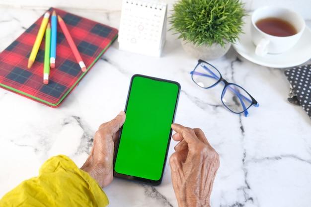 Starszych kobiet ręcznie za pomocą inteligentnego telefonu z bliska