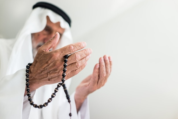 Starszych muzułmanów arabski człowiek modląc się