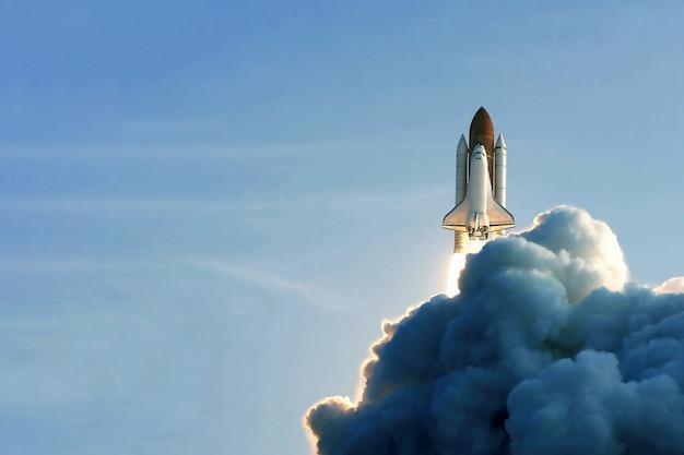 Start promu kosmicznego na tle nieba i dymu. elementy tego obrazu dostarczone przez nasa. zdjęcie wysokiej jakości
