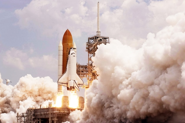 Start promu kosmicznego z ogniem i dymem elementy tego obrazu zostały dostarczone przez nasa