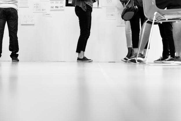 Startup business people i warsztat prezentacji planszowej
