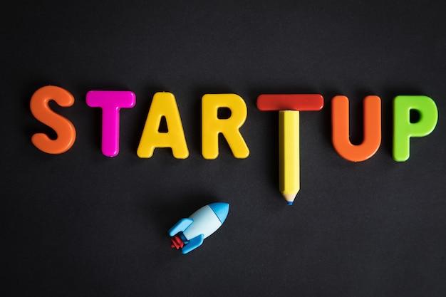 Startup i rocket są napisane na stole