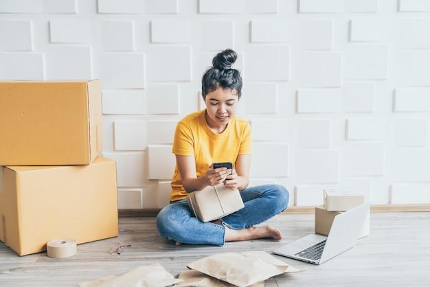 Startup przedsiębiorca małej firmy mśp niezależna kobieta pracuje z inteligentnym telefonem