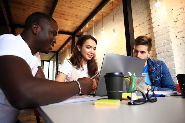 Startup różnorodność praca zespołowa burza mózgów spotkanie koncepcja. biznes