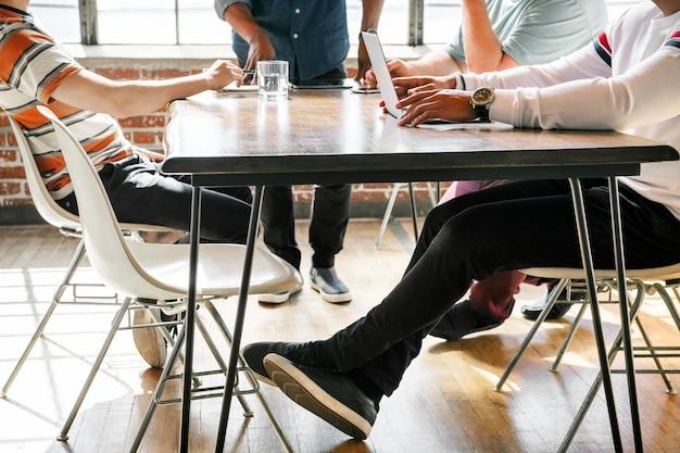 Startupowy zespół biznesowy pracujący nad projektem na spotkaniu