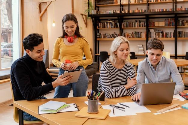Startupy przedsiębiorcy omawiający strategie