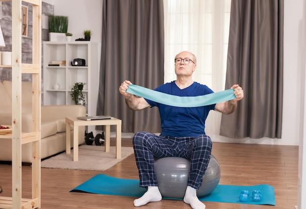 Staruszek Używający Opaski Podczas Treningu Darmowe Zdjęcia