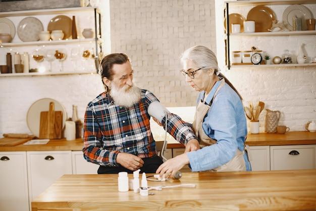 Staruszkowie w kuchni.