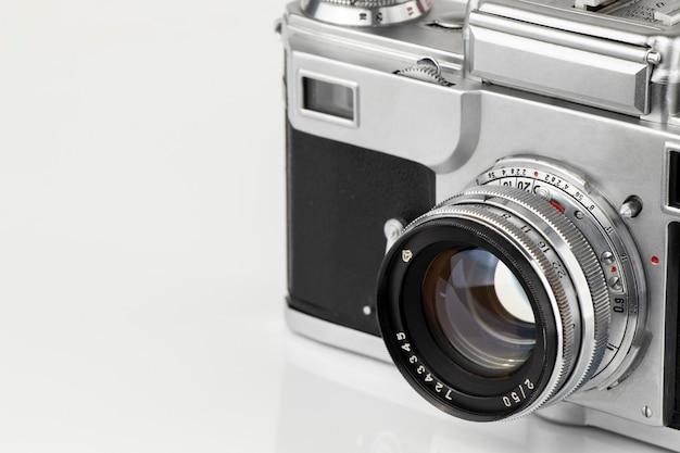 Stary aparat filmowy vintage na białym tle z bliska