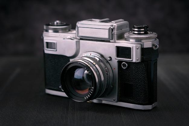Stary aparat filmowy w stylu vintage 36 mm, pamięć stylu życia. rób zdjęcia z ręczną historią obiektywu.