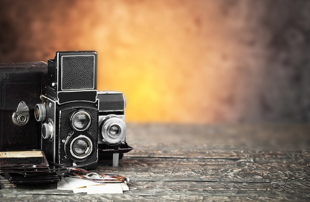 Stary aparat fotograficzny na starym tle
