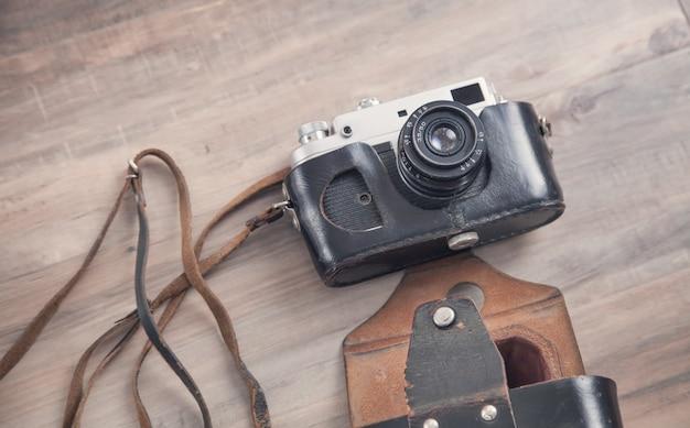 Stary aparat retro na podłoże drewniane.