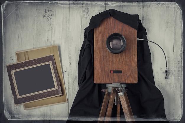 Stary aparat studyjny i dwa stare zdjęcia