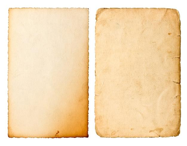 Stary arkusz papieru z krawędziami na białym tle. zużyta tekstura kartonu. obiekt notatnika