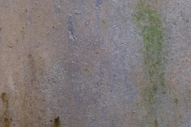 Stary beton jest mokry deszcz przez cały rok