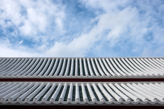 Stary biały dach