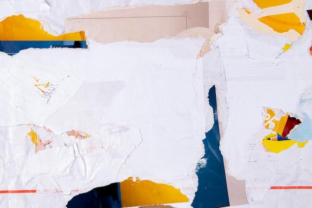 Stary biały grunge zgrywanie podarte plakaty kolażowe pognieciony zmięty papier afisz tekstura tło z ...