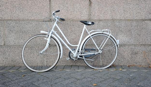 Stary biały rower
