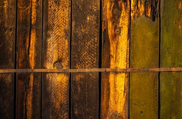 Stary brązowy i zielony malowane drewniane deski tekstura tło z cieniem