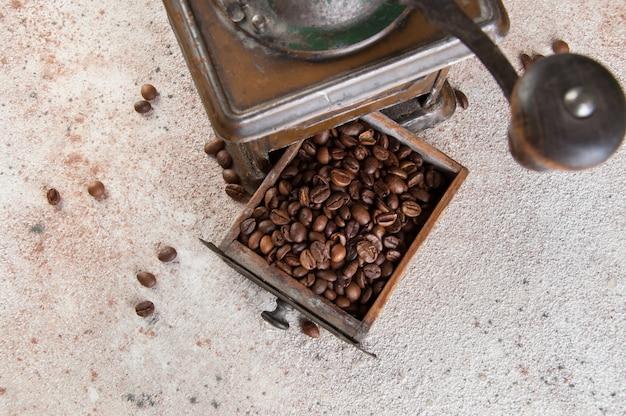 Stary brązowy metalowy młynek do kawy