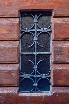 Stary budynek w czarnogórze z oknami i okiennicami